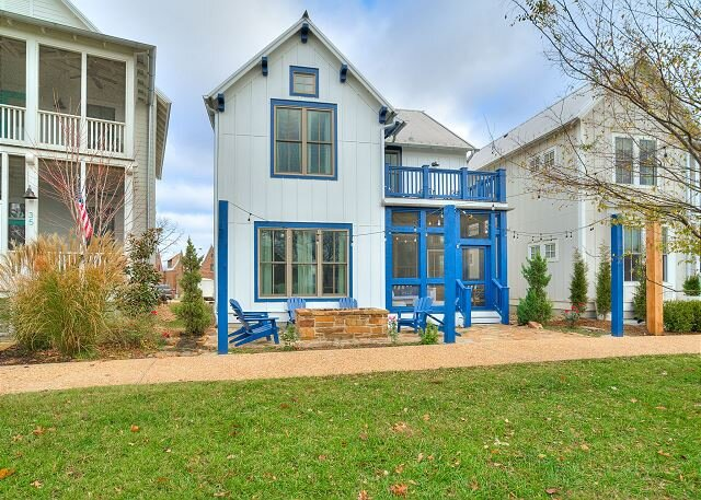 Carlton Landing! Gorgeous Home on Redbud Park, vacation rental in Canadian