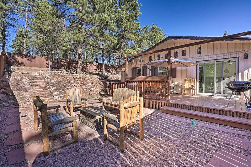 NEW! Mountain Getaway w/ Private Hot Tub + Views!, location de vacances à Woodland Park