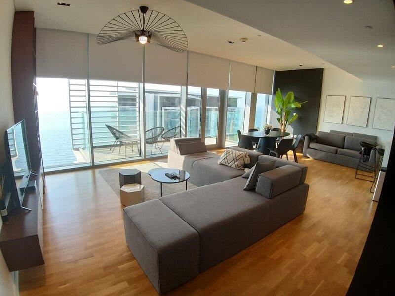 Luxury 2 Bedroom Apartment with full Sea View View calendar, alquiler de vacaciones en Ajman