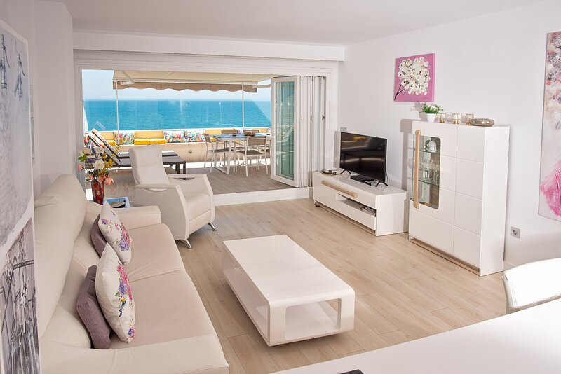 La Vela Beachfront Terrace Attic Apartment - Unique New in Fuengirola - 6 sleeps, alquiler de vacaciones en Fuengirola