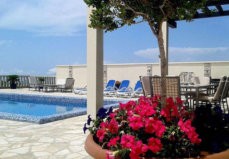 Luxury Villa Lule with private pool near Dubrovnik, location de vacances à Ivanica