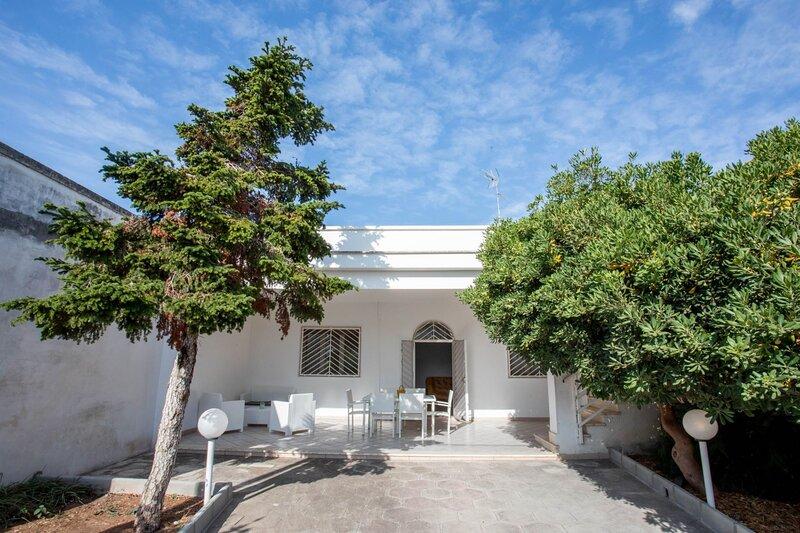 Villa Emma | giardino, posto auto, a/c, spiaggia, holiday rental in Torre Lapillo