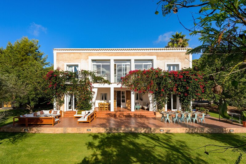 THE WHITE LOTUS IBIZA, Luxury villa with private pool, 10 mins from the beach, holiday rental in Port de Sant Miguel