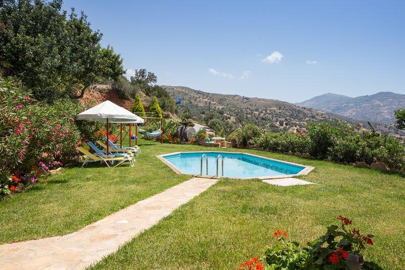 Villa Dimitris- Οnly 4km away from the beach, location de vacances à Xilokampos