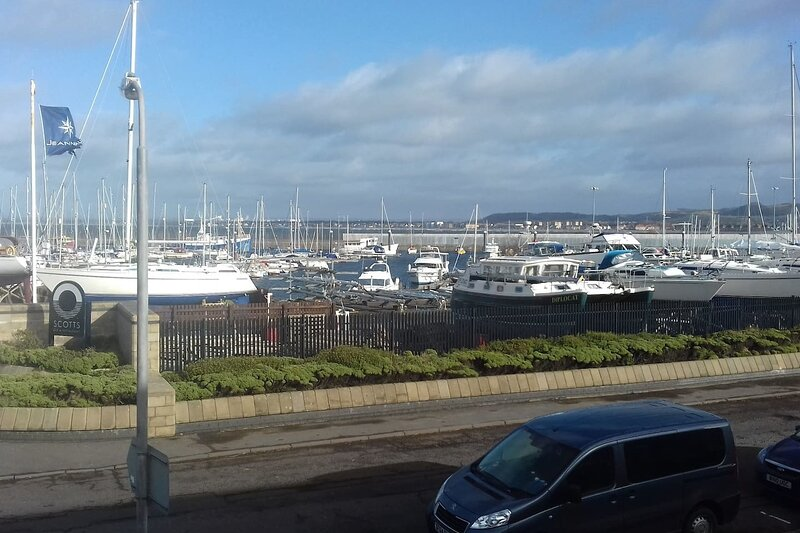 Marina View, lovely upper 3 bedroom apartment, holiday rental in Kilwinning