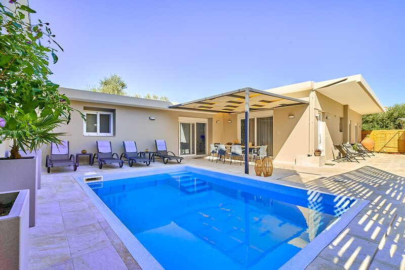 Lux villa in the ♥ of Chania ★ Prvt Pool ★ Walk to bar,shops,restaurant,beach, holiday rental in Mournies