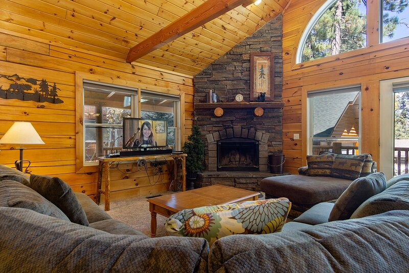 Arktos Jewel Gorgeous 3 BR Central Log Cabin w Spa, alquiler de vacaciones en Big Bear City
