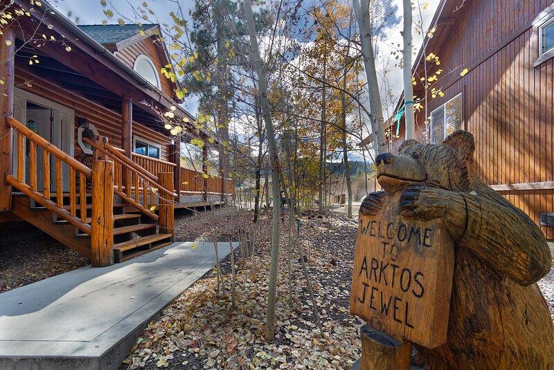 Arktos Jewel Gorgeous 3 BR Central Log Cabin w Spa, alquiler de vacaciones en Big Bear City
