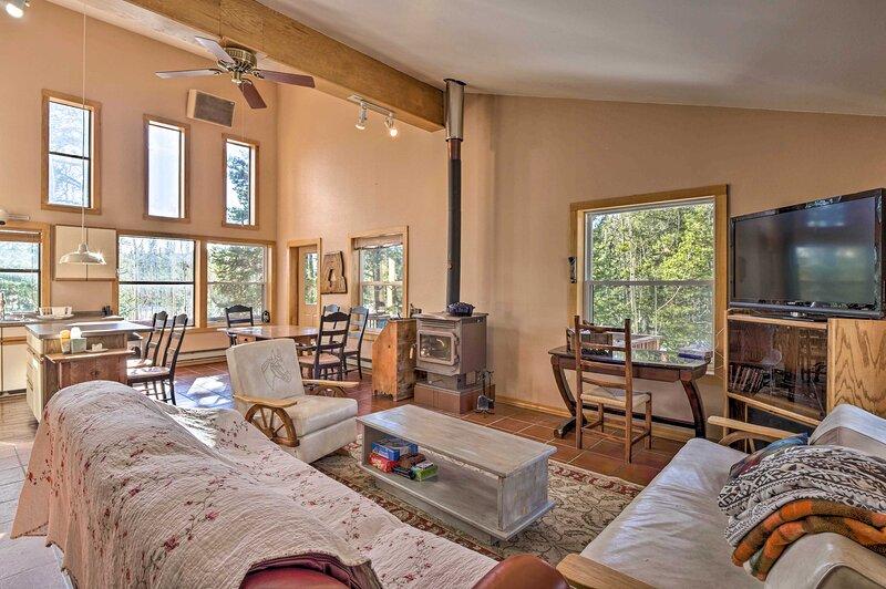 Private Dog-Friendly Fairplay Cabin w/ Deck & Yard, alquiler de vacaciones en Alma
