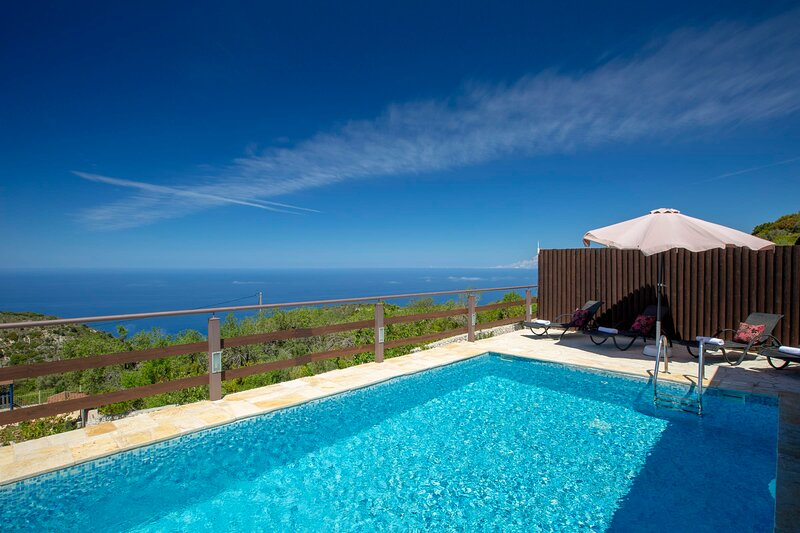 Family Villa Terina near The Island's Beautiful Beaches with private pool!, holiday rental in Dragano