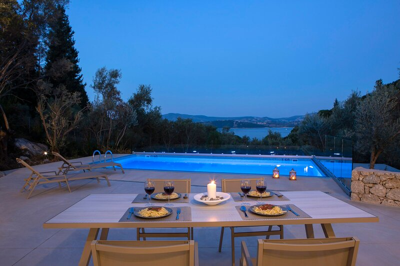Brand New Luxury Villa with sea view & only 400m from the beach!, holiday rental in Episkopos