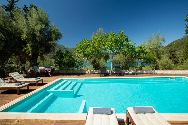Liana's House with great view in Vlicho Bay & big private pool!, location de vacances à Spartochori