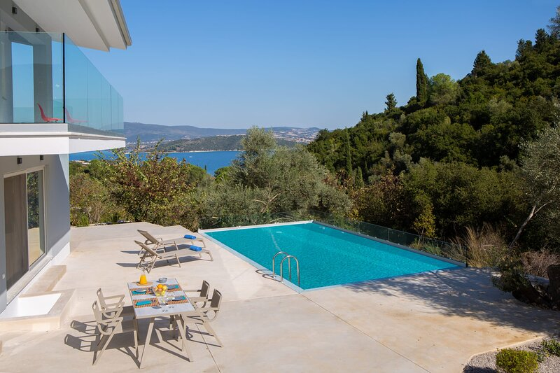 Brand New Sea View Villa, 400m from the beach and close to Lefkada town, holiday rental in Episkopos