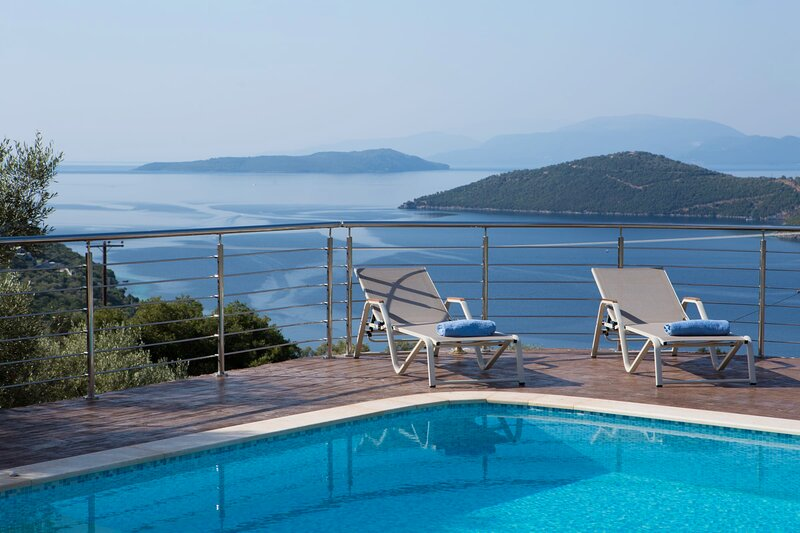 Luxury 6 bedroom villa with stunning view of Ionian sea in Mikros Gialos, vacation rental in Fterno