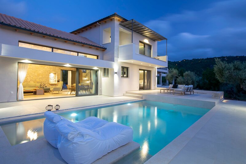 Brand New Villa Olive only 800m from the amazing Ai Giannis beach, holiday rental in Frini