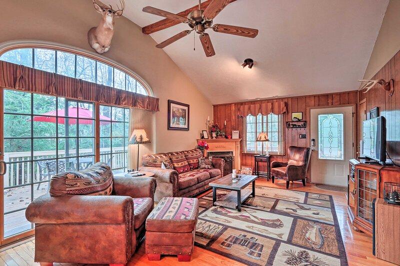 Poconos Home w/Billiards-2 Blocks to Lake Harmony!, casa vacanza a Lake Harmony