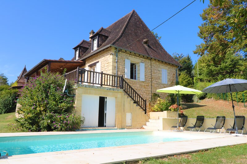 Large perigordine holiday home with pool garden & view close medieval village, vacation rental in Mouzens