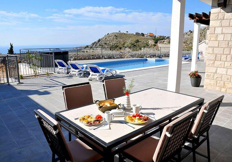 Luxury Villa Violeta with private pool + Jacuzzi near Dubrovnik, location de vacances à Ivanica