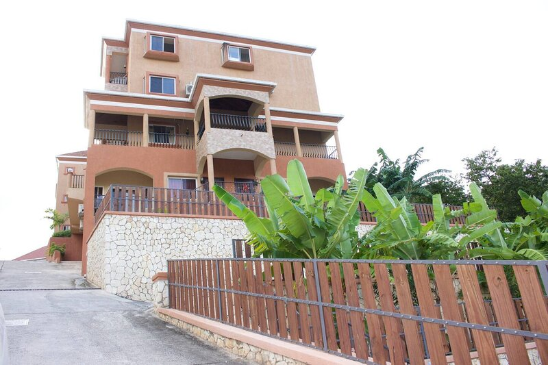 Remarkable 2-Bed Apartment in Kingston, alquiler vacacional en Stony Hill