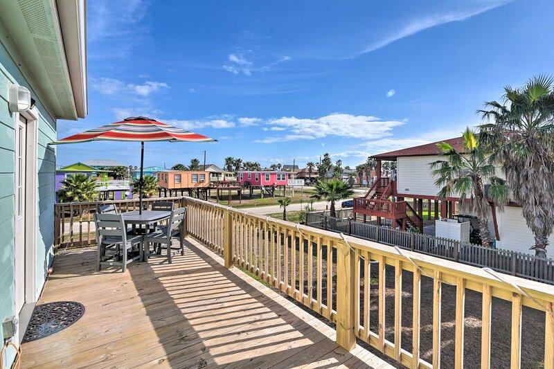 Surfside Beach Escape w/ 2-Tier Deck & Patio!, alquiler vacacional en Brazoria