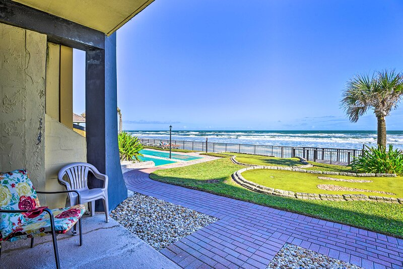 Oceanfront Resort Condo Steps to Daytona Beach!, casa vacanza a South Daytona