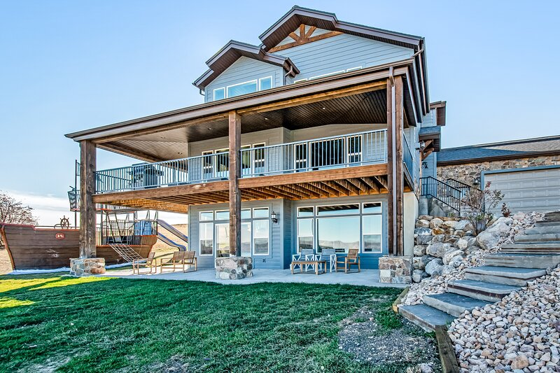 Spacious Bear Lake home w/ access to a shared pool, hot tub, gym & pirate ship?!, location de vacances à Fish Haven