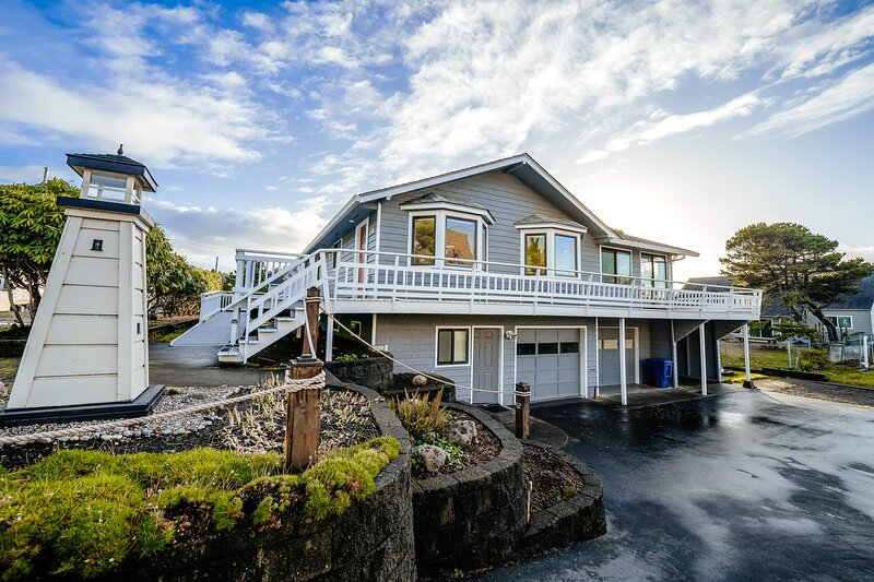 Homey dog-friendly house w/ partial ocean views, gas fireplaces, and gas-grill!, aluguéis de temporada em Lincoln Beach