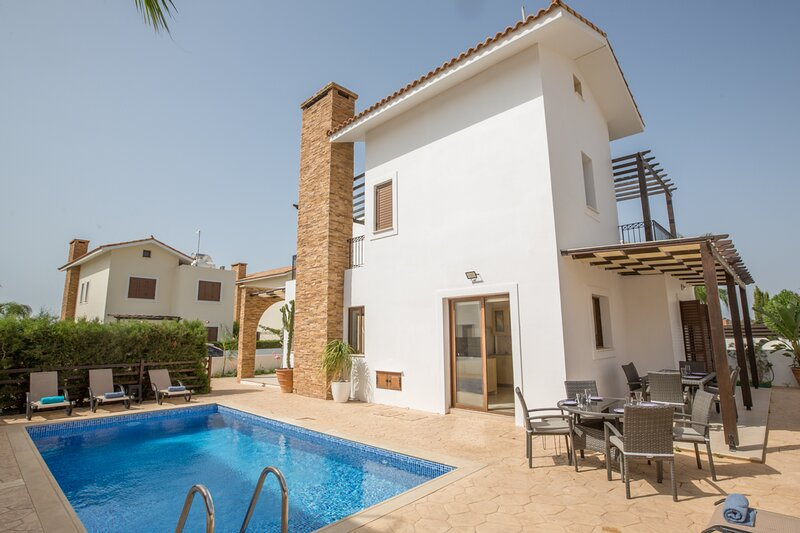 Ayia Thekla Villa Sleeps 8 with Pool and Air Con - 5814033, alquiler vacacional en Xylophagou
