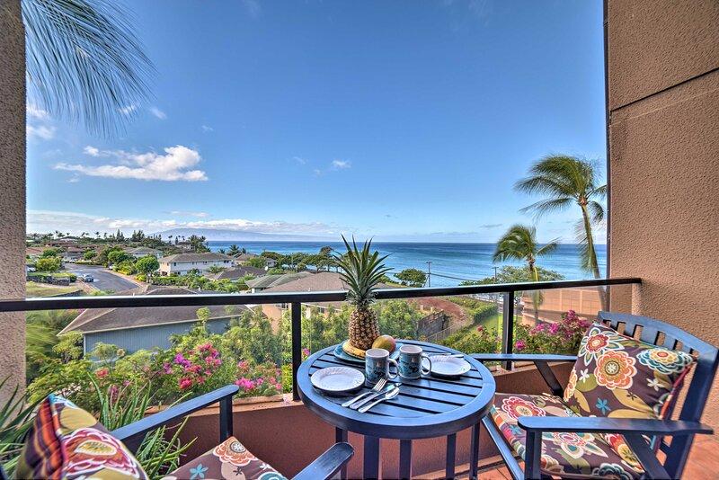 Ocean-View Maui Penthouse w/ Balcony & Pool Access, alquiler de vacaciones en Honokowai
