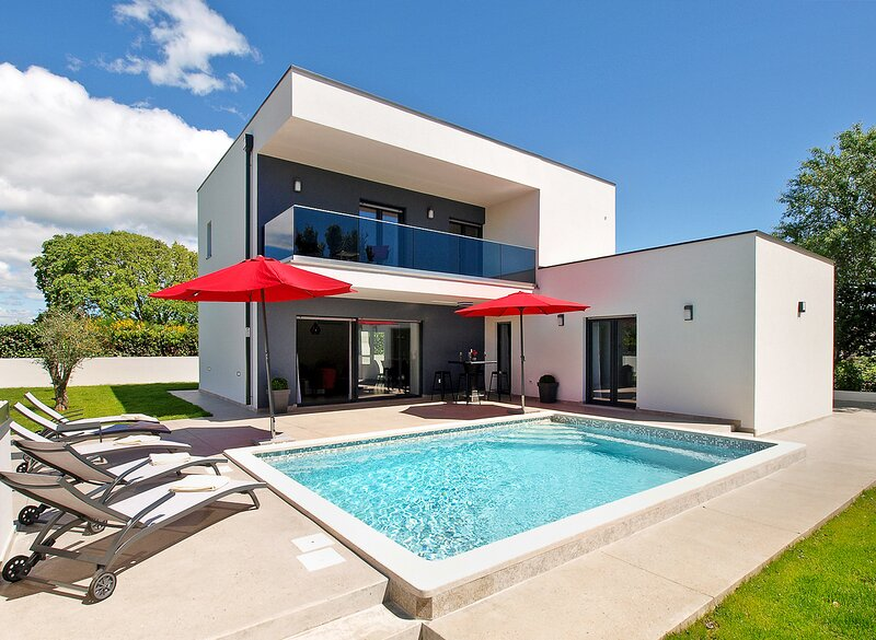 Sisan Villa Sleeps 8 with Pool and Air Con - 5827834, aluguéis de temporada em Sisan