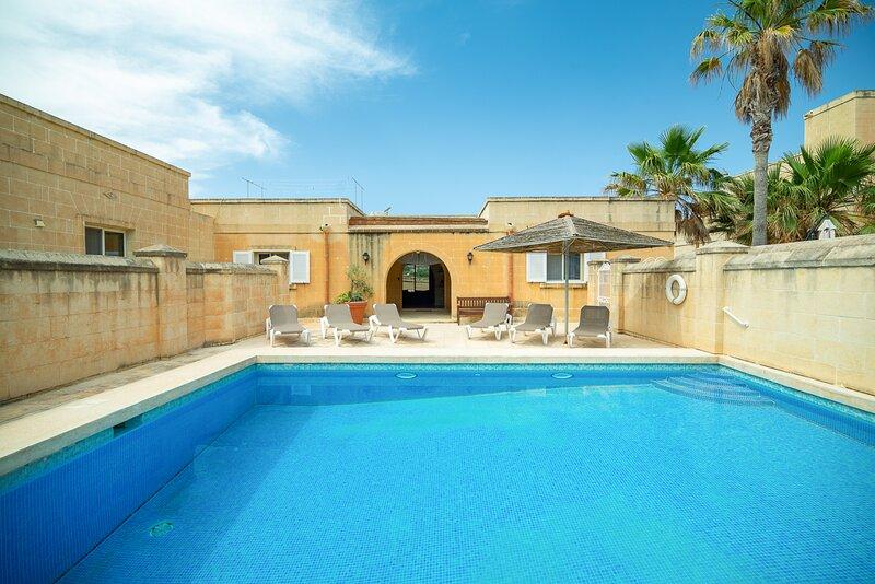 Fanal Villa Sleeps 7 with Pool and Air Con - 5829172, alquiler vacacional en Ghasri