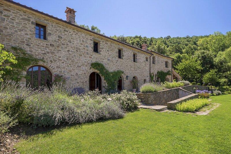 Il Passaggio Villa Sleeps 10 with Pool - 5828406, vacation rental in Piazzano