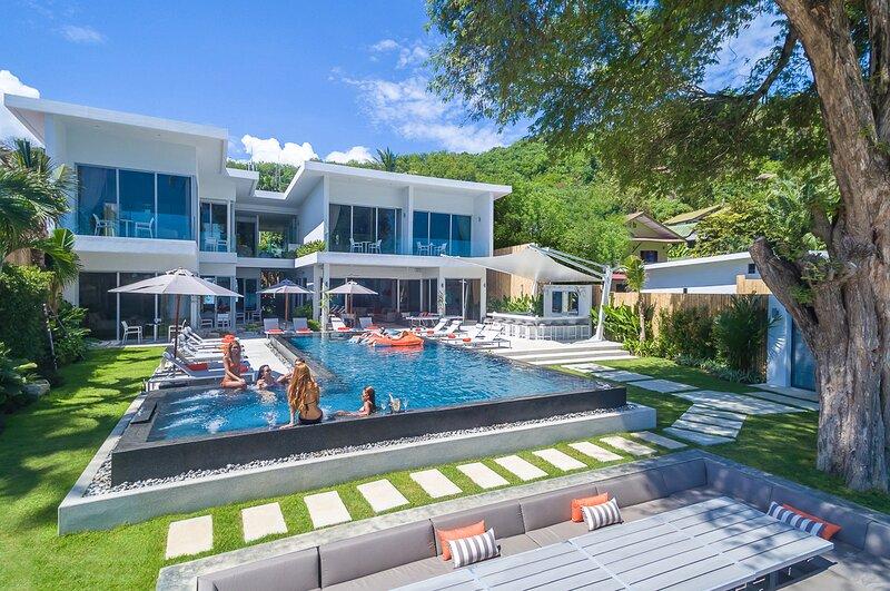 Khao Khad Beach Villa Sleeps 20 with Pool and Air Con - 5831435, vacation rental in Phuket Town