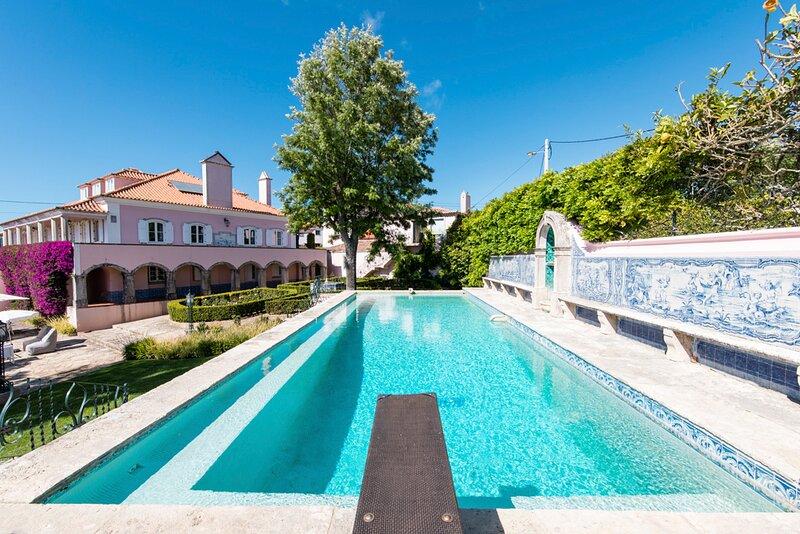 Almocageme Villa Sleeps 14 with Pool - 5832573, aluguéis de temporada em Azoia