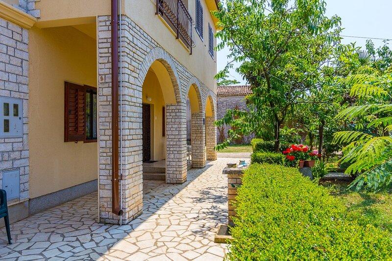 Sisan Apartment Sleeps 5 with Air Con and WiFi - 5833234, aluguéis de temporada em Sisan