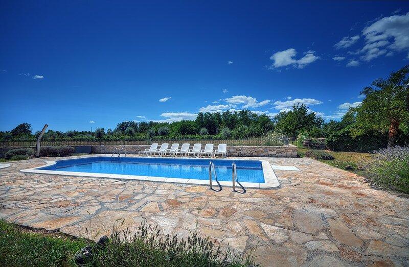 Foli Holiday Home Sleeps 12 with Pool Air Con and WiFi - 5833138, holiday rental in Foli