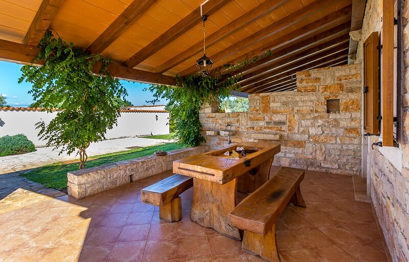 Segotici Holiday Home Sleeps 10 with Pool Air Con and WiFi - 5833151, holiday rental in Pavicini