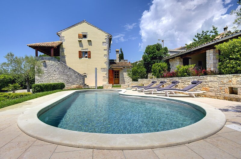 Bicici Holiday Home Sleeps 8 with Pool Air Con and WiFi - 5833270, holiday rental in Butkovici