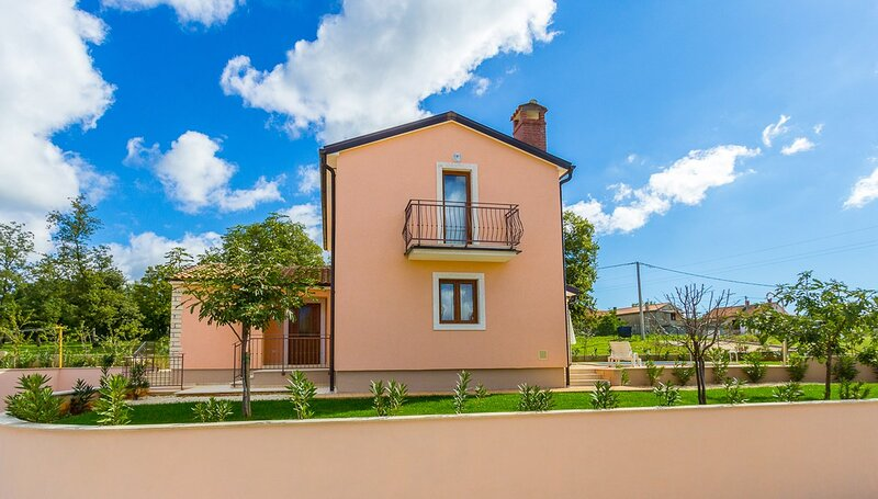 Mofardini Holiday Home Sleeps 6 with Pool Air Con and WiFi - 5833272, holiday rental in Kringa