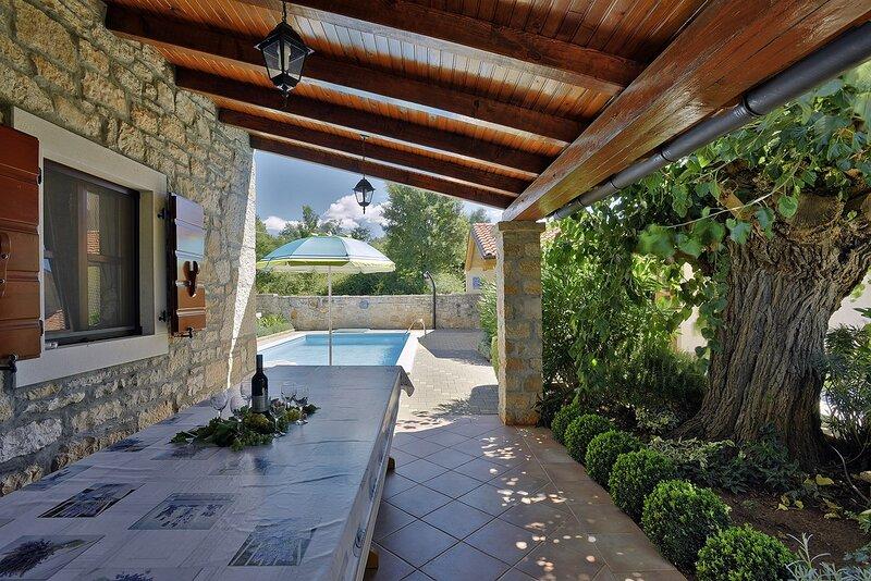 Matulini Holiday Home Sleeps 8 with Pool Air Con and WiFi - 5833274, alquiler de vacaciones en Sveti Lovrec