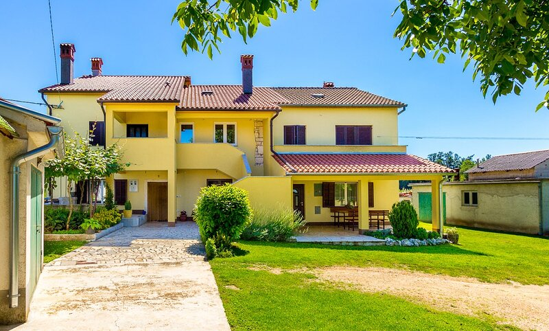 Grandici Holiday Home Sleeps 7 with Air Con and WiFi - 5833276, aluguéis de temporada em Melnica
