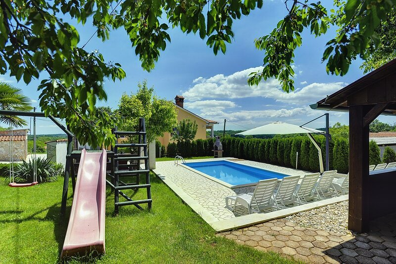 Lovrinici Holiday Home Sleeps 10 with Pool Air Con and WiFi - 5833277, holiday rental in Gracisce