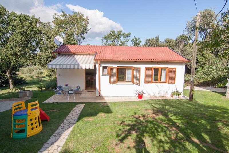 Banjole Holiday Home Sleeps 4 with Air Con and WiFi - 5833220, casa vacanza a Banjole