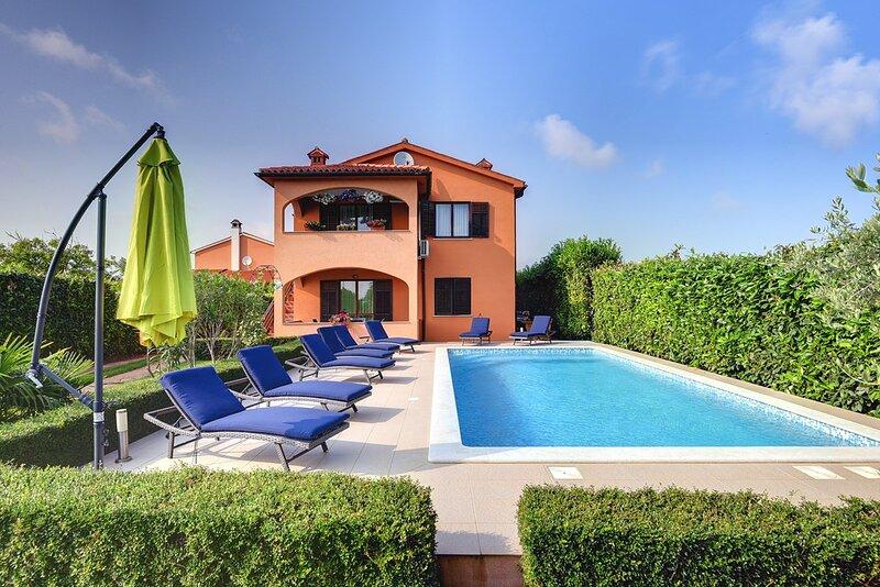 Sisan Holiday Home Sleeps 13 with Pool Air Con and WiFi - 5833282, aluguéis de temporada em Sisan