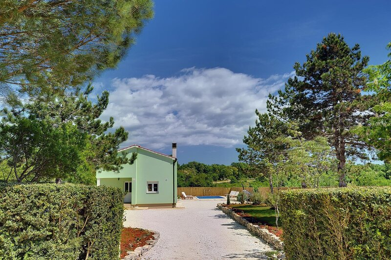 Cabrunici Holiday Home Sleeps 6 with Pool Air Con and WiFi - 5833523, location de vacances à Stokovci