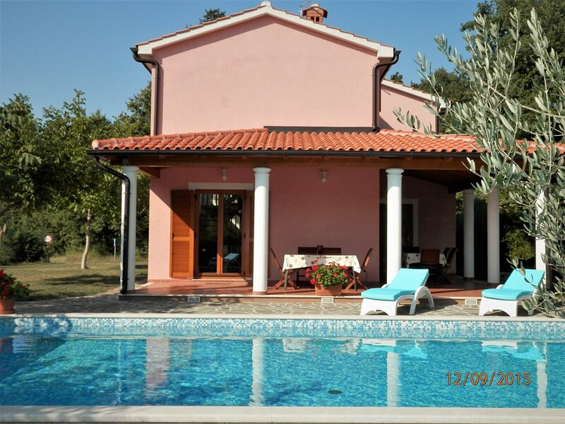 Petrici Holiday Home Sleeps 8 with Pool Air Con and WiFi - 5833524, holiday rental in Zminj