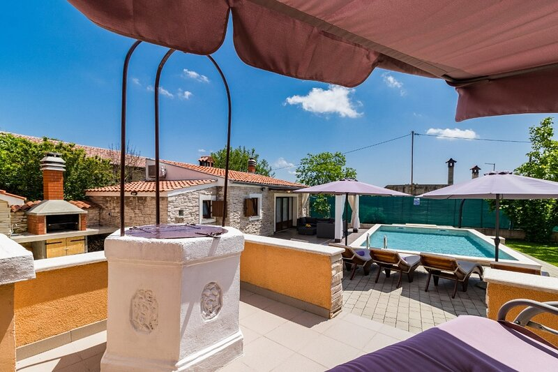 Gradisce Holiday Home Sleeps 10 with Pool Air Con and WiFi - 5833525, holiday rental in Foli