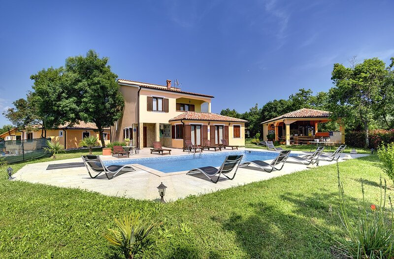 Valtura Holiday Home Sleeps 10 with Pool Air Con and WiFi - 5833296, vacation rental in Valtura