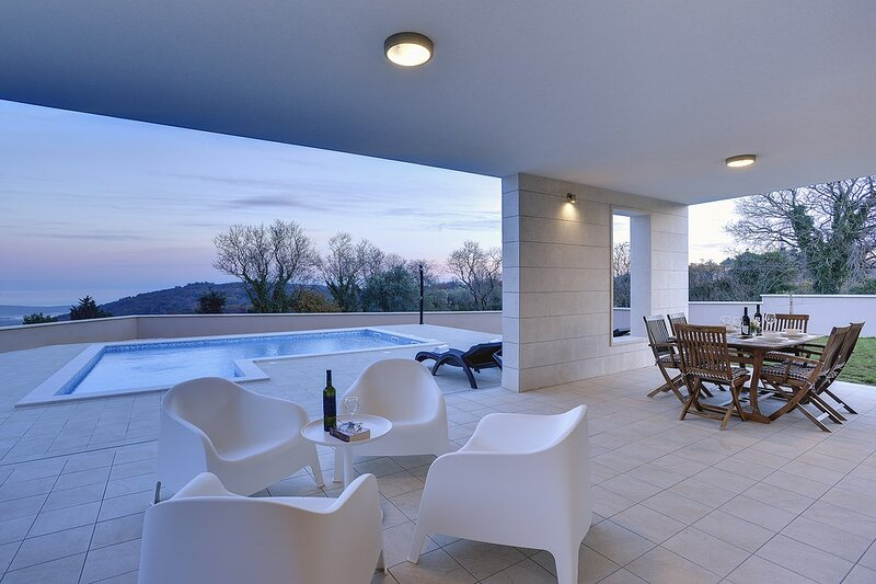 Kavran Holiday Home Sleeps 6 with Pool Air Con and WiFi - 5833475, holiday rental in Pavicini