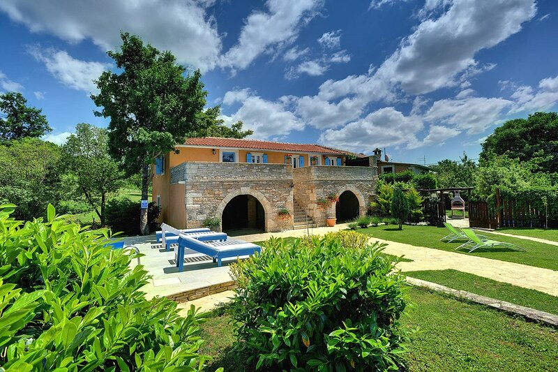 Gradisce Holiday Home Sleeps 16 with Pool Air Con and WiFi - 5833540, holiday rental in Foli